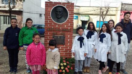 Niños colocan ofrenda en medallón que recuerda a Tapié Piñeyro
